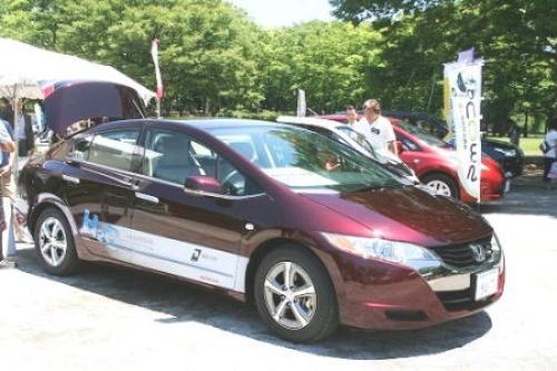 水素自動車などの展示と