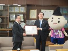 株式会社オーテックジャパンの片桐代表取締役CEOに感謝状を贈呈