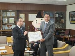 株式会社湘南貿易橋本社長へ感謝状を贈呈