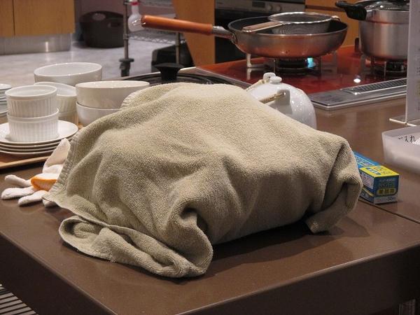 土鍋をバスタオルで包んで余熱調理。<br>ゆっくりと熱が入りお肉が柔らかく仕上がり、エネルギーも使いません。