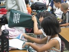 日大オリジナルエコバッグをプレゼント!子どもたちは大喜びでした。