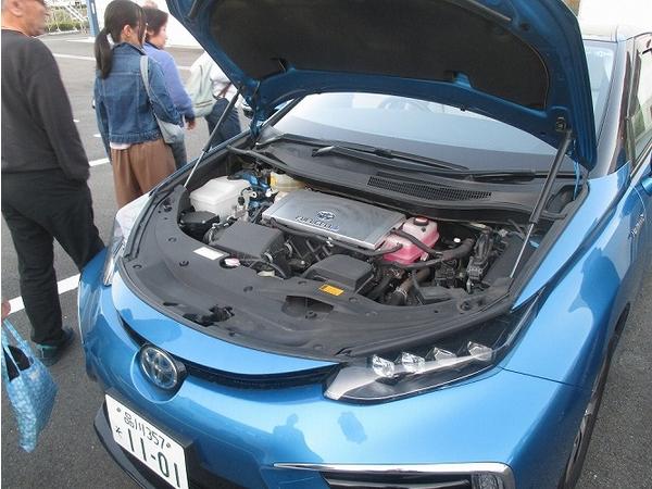 燃料電池自動車の中を見ることができました!静かなエンジンに参加者の方も驚いていました。次世代のエネルギーとして期待されている水素は身近なところまできているかもしれません!